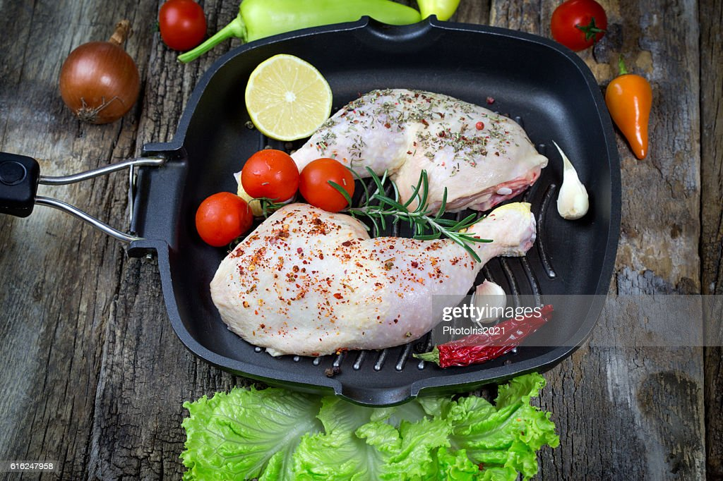 Raw chicken drumstick with spices (seasoning) in pan : Foto de stock