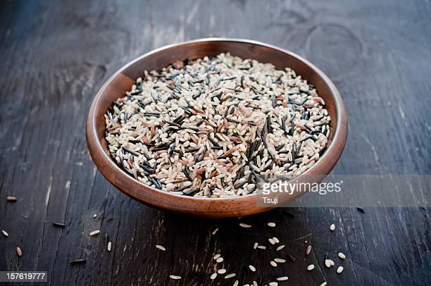 Cereali in ciotola di legno grezzo