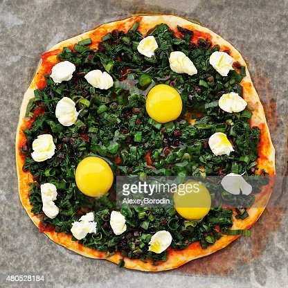 Raw round green pizza with chard, eggs and mozarella : Stockfoto