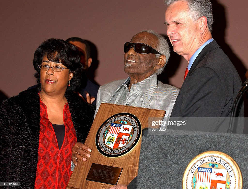 <a gi-track='captionPersonalityLinkClicked' href=/galleries/search?phrase=Ray+Charles+-+Musiker&family=editorial&specificpeople=206363 ng-click='$event.stopPropagation()'>Ray Charles</a> and Los Angeles Mayor <a gi-track='captionPersonalityLinkClicked' href=/galleries/search?phrase=James+Hahn&family=editorial&specificpeople=209338 ng-click='$event.stopPropagation()'>James Hahn</a> during <a gi-track='captionPersonalityLinkClicked' href=/galleries/search?phrase=Ray+Charles+-+Musiker&family=editorial&specificpeople=206363 ng-click='$event.stopPropagation()'>Ray Charles</a> to be Named LA's 'Cultural Treasure' at African American Museum in Los Angeles, California, United States.