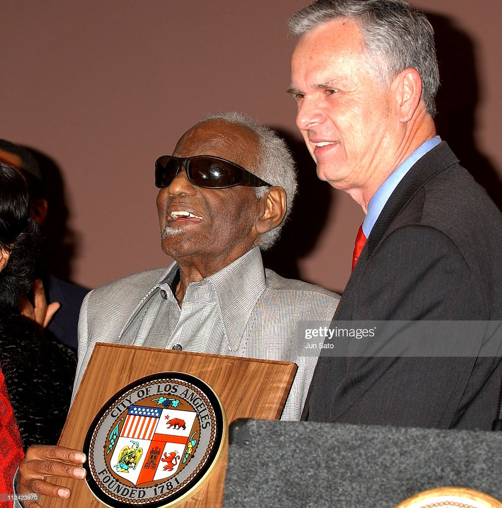 <a gi-track='captionPersonalityLinkClicked' href=/galleries/search?phrase=Ray+Charles+-+Musicien&family=editorial&specificpeople=206363 ng-click='$event.stopPropagation()'>Ray Charles</a> and Los Angeles Mayor <a gi-track='captionPersonalityLinkClicked' href=/galleries/search?phrase=James+Hahn&family=editorial&specificpeople=209338 ng-click='$event.stopPropagation()'>James Hahn</a> during <a gi-track='captionPersonalityLinkClicked' href=/galleries/search?phrase=Ray+Charles+-+Musicien&family=editorial&specificpeople=206363 ng-click='$event.stopPropagation()'>Ray Charles</a> to be Named LA's 'Cultural Treasure' at African American Museum in Los Angeles, California, United States.