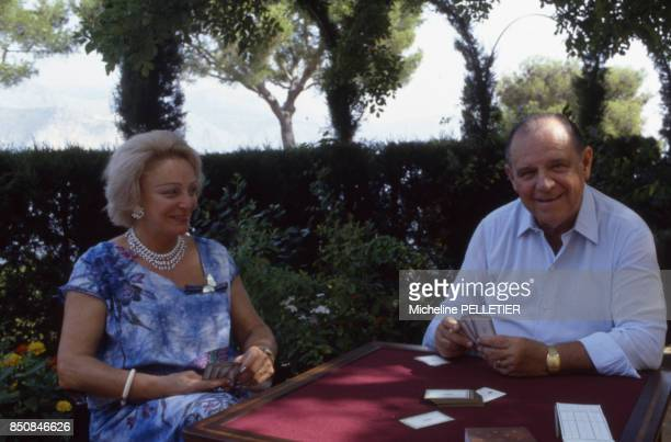 Raymond Barre économiste et politicien avec sa femme Eve en septembre 1987 à SaintJeanCapFerrat France