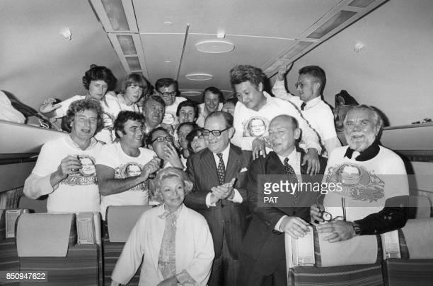 Raymond Barre entouré de journalistes dont Paul Guilbert Michèle Cotta et Patrick de Carolis dans un avion de ligne circa 1980
