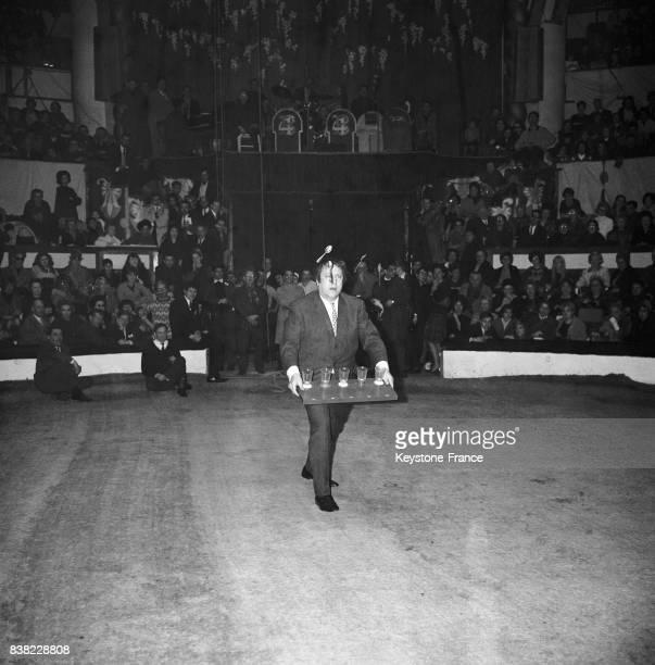 Raymond Devos dans son numéro de jongleur au Cirque d'hiver à Paris France le 4 mars 1964
