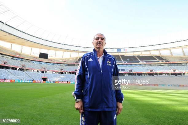Raymond DOMENECH Reconnaissance du terrain avant le match contre l'Uruguay Green Point Stadium Le Cap