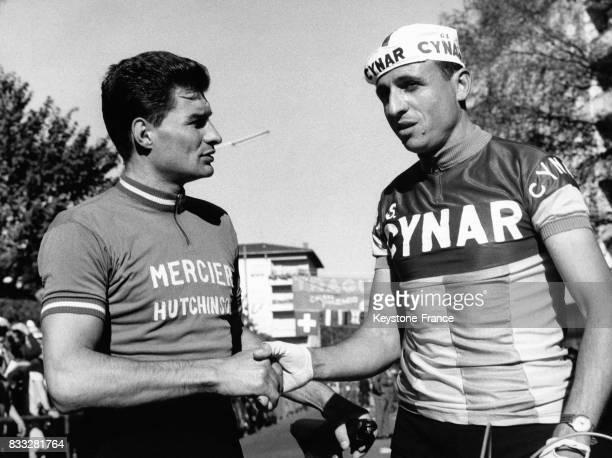 Raymond Poulidor vainqueur de la course contre la montre serre la main du cycliste italien Baldini à Lugano Suisse le 13 octobre 1963