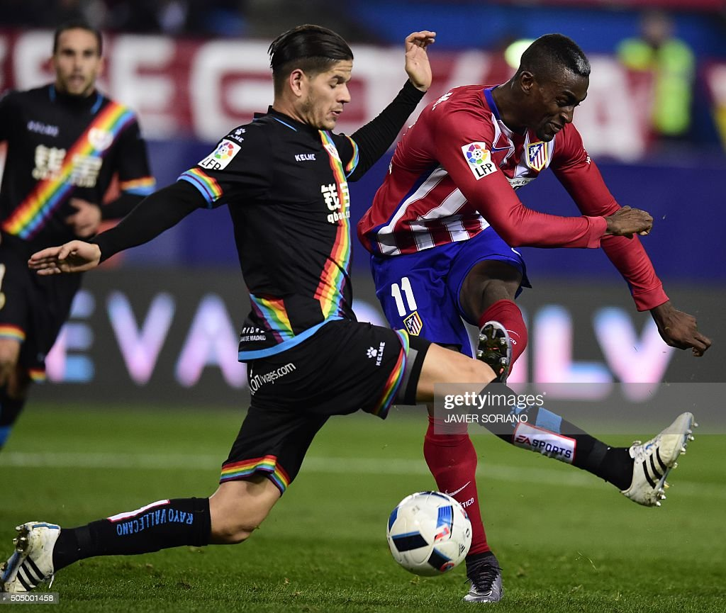 TOPSHOT - Rayo Vallecano's Portuguese defender Ze Castro (L) vies with Atletico Madrid's Colombian forward Jackson Martinez during the Spanish Copa del Rey (King's Cup) round of 16 second leg football match Club Atletico de Madrid vs CF Rayo Vallecano at Vicente Calderon stadium in Madrid on January 14, 2016. / AFP / JAVIER SORIANO