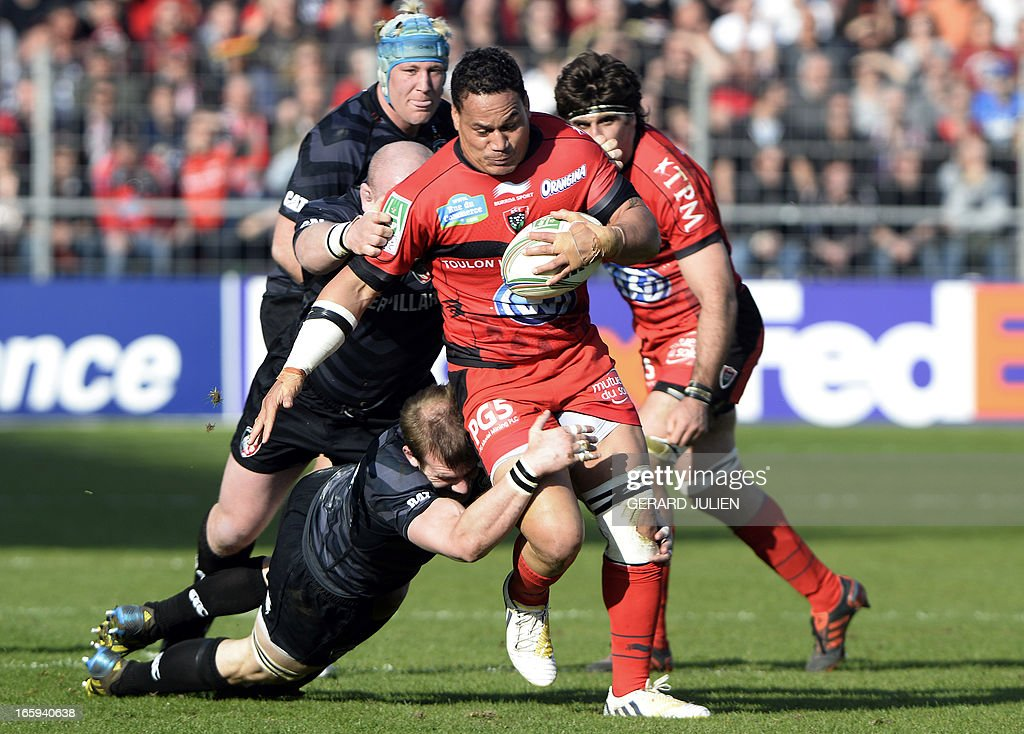 RCToulon's number eight Chris Masoe (C) tries to escape during the European Cup rugby union match Rugby Club Toulonnais (RCT) vs Leicesters Tigers at the Mayol stadium on April 7, 2013 in Toulon, southern France.