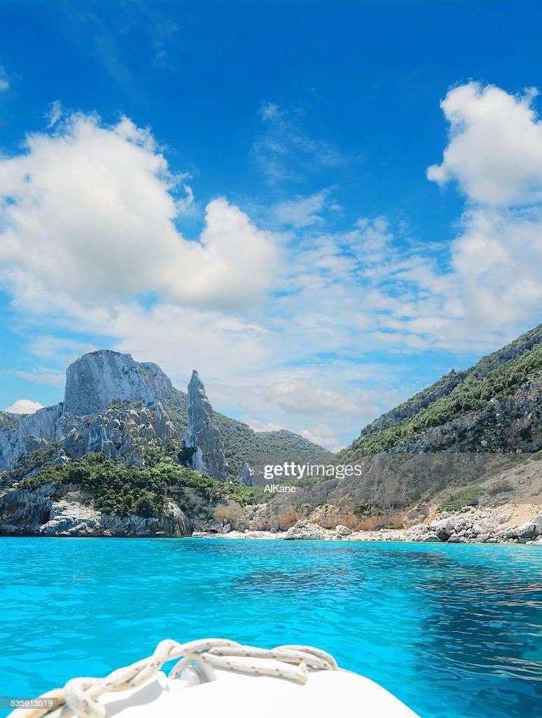 Alcançar Cala Goloritze em um barco com nuvens brancas : Foto de stock