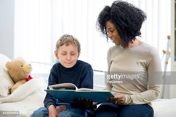 Leggendo un libro per bambini in ospedale