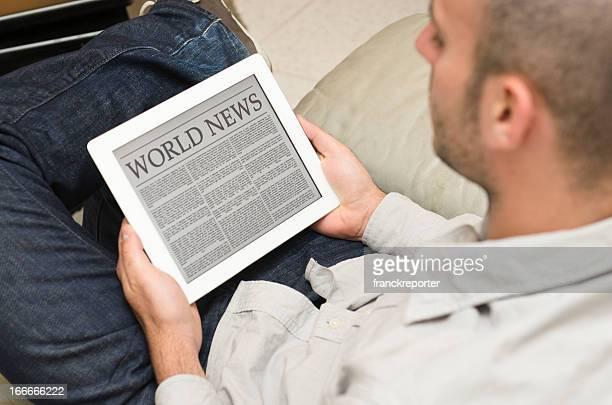 Ler um jornal com moderno Tablet digital