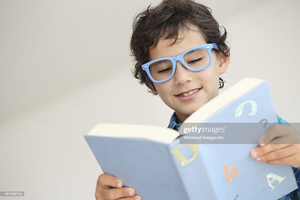 Reading a textbook : Bildbanksbilder