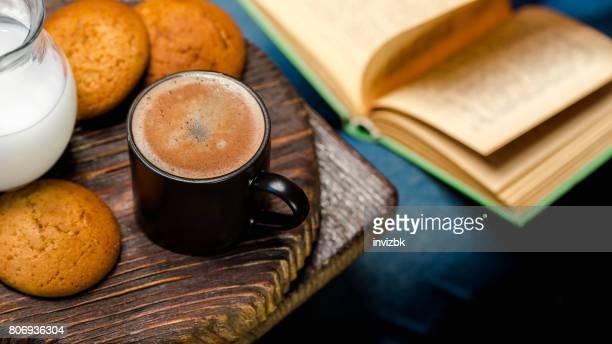 Lecture et de boire du café