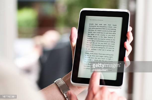 Lectura, libro electrónico en una pequeña tableta digital