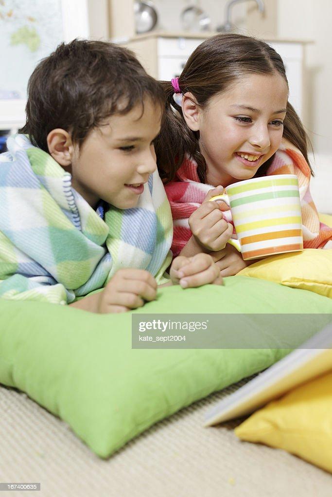 Reading kids : Bildbanksbilder