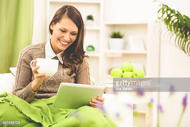 Ler notícias em um tablet e beber café em Casa