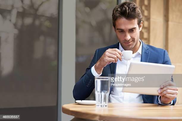 Reading online mit einem Espresso