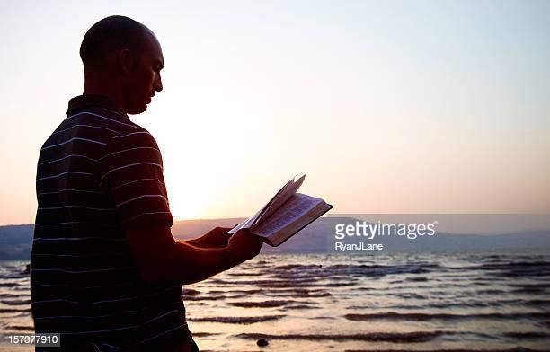 Lesen der Bibel an Meer von Galiläa, Israel