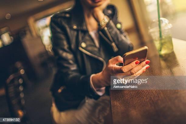 リーティング、朝のニュースのスマートフォン