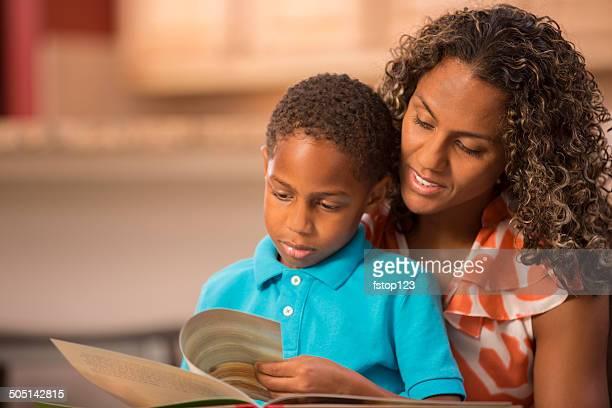Lettura con la mamma! Di Discesa africana madre, figlio e prenotare.  Casa.