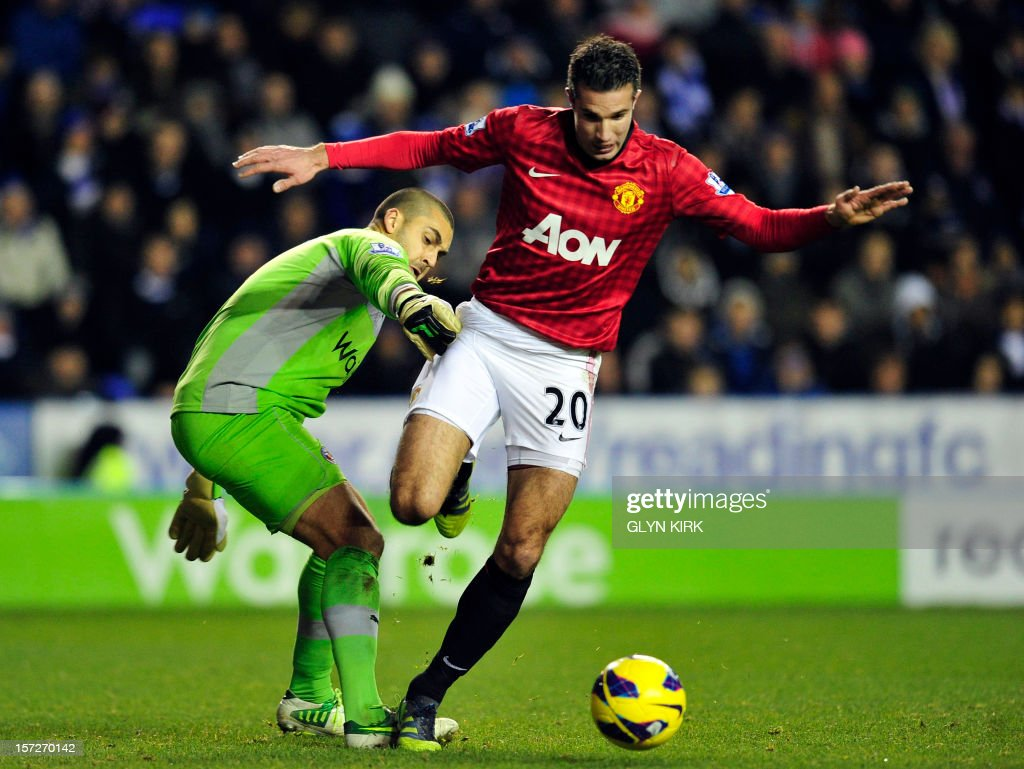 """Reading's Australian goalkeeper Adam Federici (L) vies with Manchester United's Dutch striker Robin Van Persie (R) during the English Premier League football match between Reading and Manchester United at the Madejski Stadium, in Reading, Berkshire, southern England, on December 1, 2012. USE. No use with unauthorized audio, video, data, fixture lists, club/league logos or """"live"""" services. Online in-match use limited to 45 images, no video emulation. No use in betting, games or single club/league/player publications"""