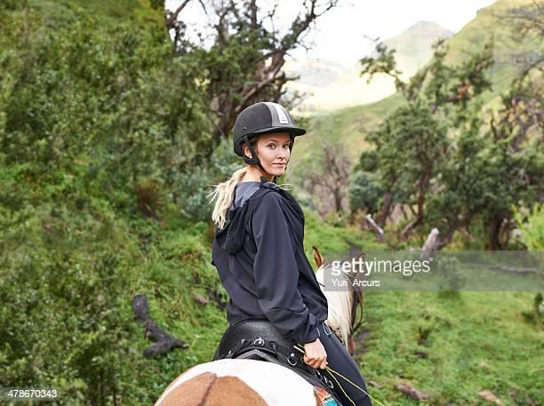 Bereit, begeben Sie sich auf ein Bergpfad auf dem Rücken eines Pferdes