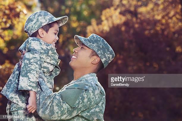 Real soldato americano & figlio all'aperto in autunno sfondo