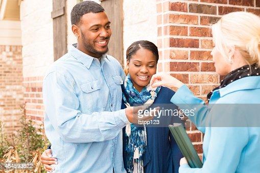 Real Estate: Di Discesa africana coppia di acquisto di casa.  Chiave di Casa, si raccomanda qualcuno.