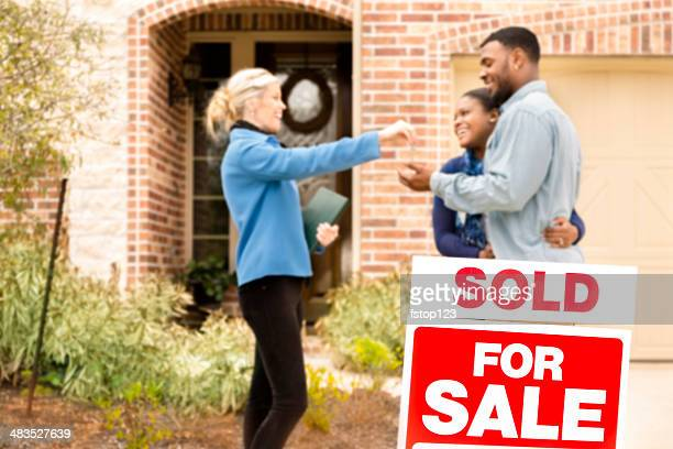 Immobilier: D'origine africaine couple achète chez vous.  Agence immobilière donne la clé.