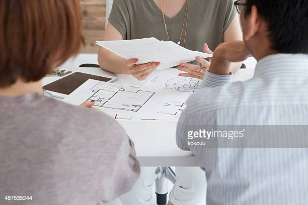 Real estate agent to explain the design plan to couple