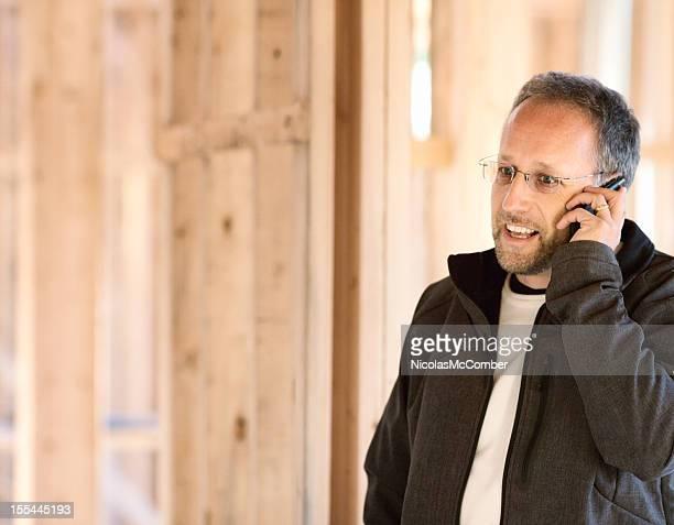 Promotor imobiliário no telefone em Obra