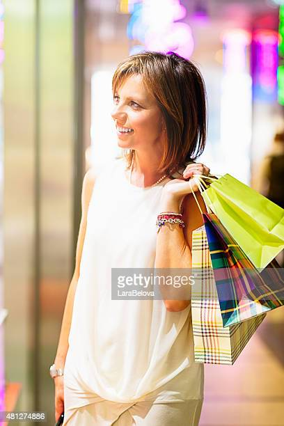 Echte italienische Frau im moment shopping