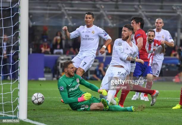 FUSSBALL CHAMPIONS Real Madrid Atletico Madrid Sergio Ramos erzielt das Tor zum 10 Torwart Jan Oblak ist geschlagen