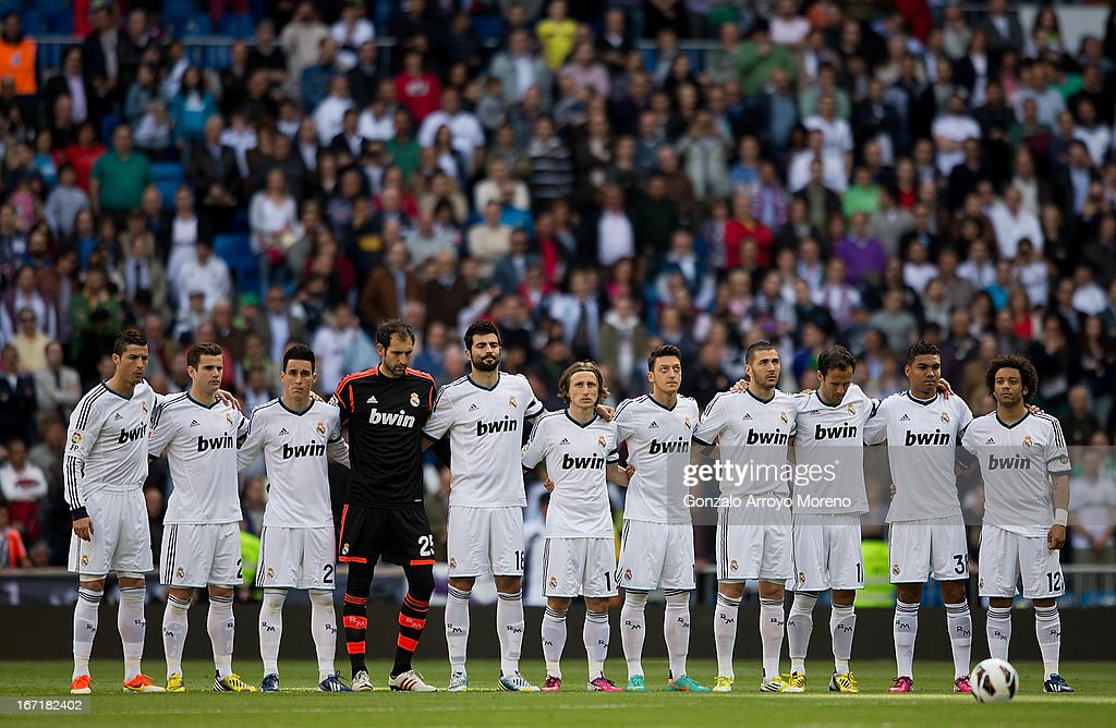 Hilo del Real Madrid Real-madrid-cf-players-observe-a-minute-of-silence-to-pay-tribute-to-picture-id167182402