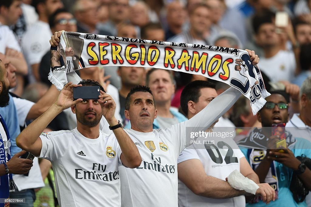 A Real Madrid fan shows a scarf before the UEFA Champions League semi-final second leg football match Real Madrid CF vs Manchester City FC at the Santiago Bernabeu stadium in Madrid, on May 4, 2016. / AFP / PAUL