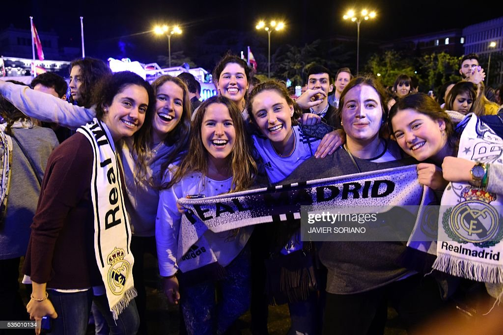 Real Madrid football club supporters celebrate the team's win on Plaza Cibeles in Madrid on May 29, 2016 after the UEFA Champions League final foobtall match between Real Madrid CF, Club Atletico de Madrid held in Milan, Italy. / AFP / JAVIER
