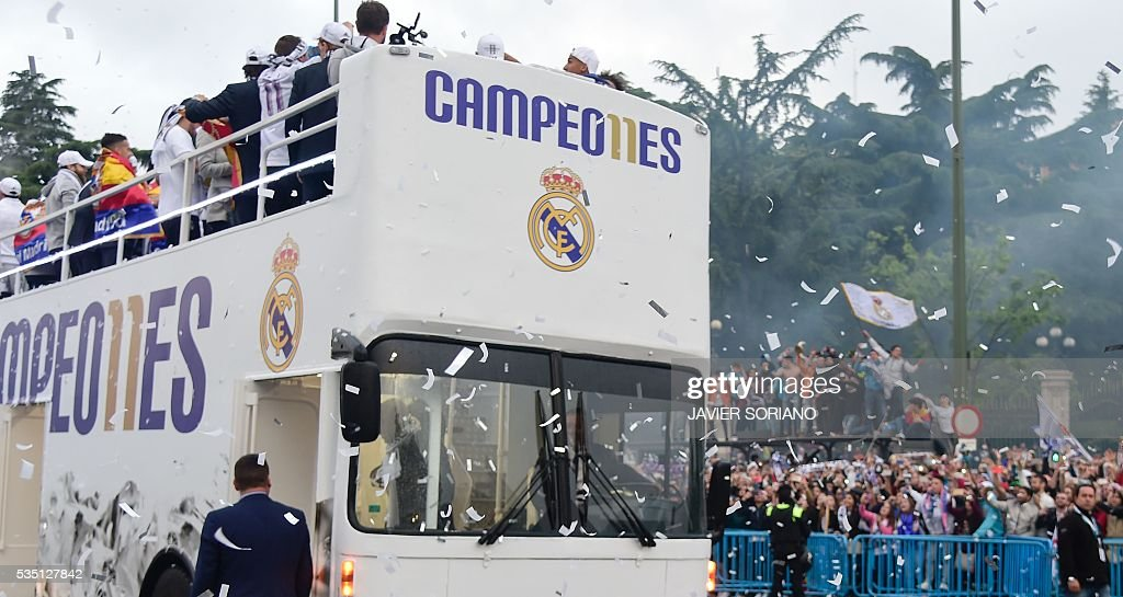Real Madrid football players arrive celebrate the team's win on Plaza Cibeles in Madrid on May 29, 2016 after the UEFA Champions League final foobtall match between Real Madrid CF, Club Atletico de Madrid held in Milan, Italy. / AFP / JAVIER