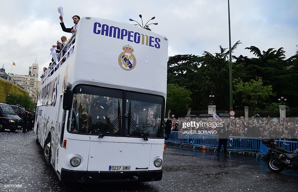 Real Madrid football players arrive to celebrate the team's win on Plaza Cibeles in Madrid on May 29, 2016 after the UEFA Champions League final foobtall match between Real Madrid CF, Club Atletico de Madrid held in Milan, Italy. / AFP / JAVIER