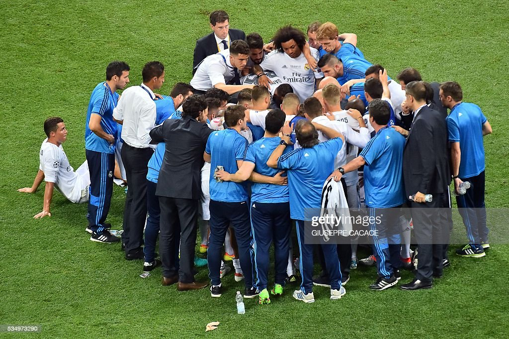Real Madrid gather on the pitch before overtime during the UEFA Champions League final football match between Real Madrid and Atletico Madrid at San Siro Stadium in Milan, on May 28, 2016. / AFP / GIUSEPPE
