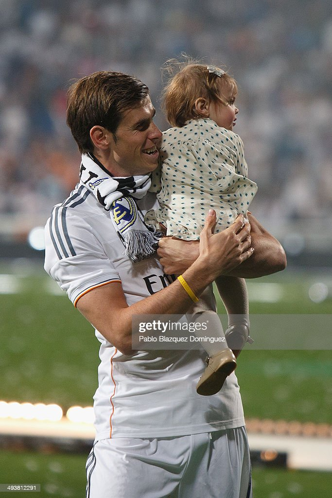 Real Madrid player <a gi-track='captionPersonalityLinkClicked' href=/galleries/search?phrase=Gareth+Bale&family=editorial&specificpeople=609290 ng-click='$event.stopPropagation()'>Gareth Bale</a> holds his daughter during the Real Madrid celebration the day after winning the UEFA Champions League final at Santiago Bernabeu Stadium on May 25, 2014 in Madrid, Spain. Real Madrid CF achieves their tenth European Cup at Lisbon at Lisbon 12 years later.