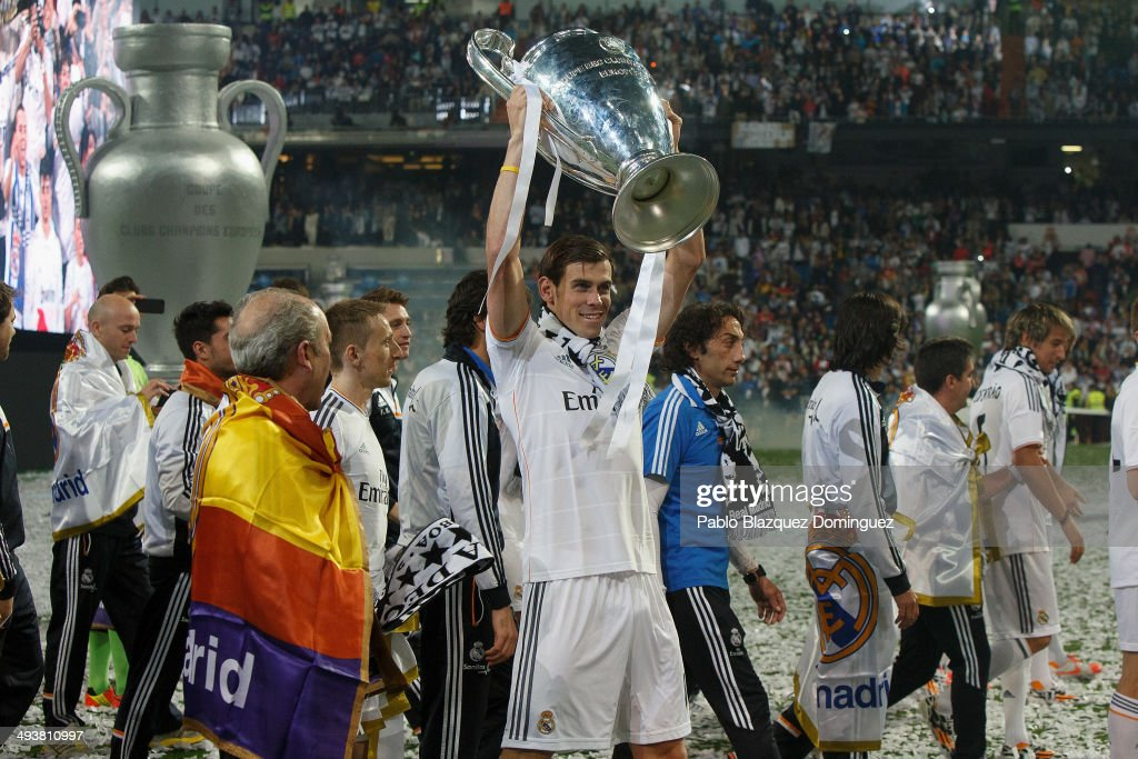Real Madrid player <a gi-track='captionPersonalityLinkClicked' href=/galleries/search?phrase=Gareth+Bale&family=editorial&specificpeople=609290 ng-click='$event.stopPropagation()'>Gareth Bale</a> lifts the trophy during the Real Madrid celebration the day after winning the UEFA Champions League final at Santiago Bernabeu Stadium on May 25, 2014 in Madrid, Spain. Real Madrid CF achieves their tenth European Cup at Lisbon at Lisbon 12 years later.
