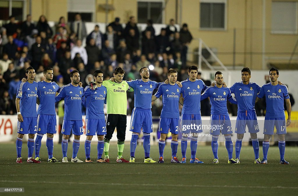 Hilo del Real Madrid Real-madrid-players-acknowledge-a-minute-of-silence-for-the-late-picture-id454177713