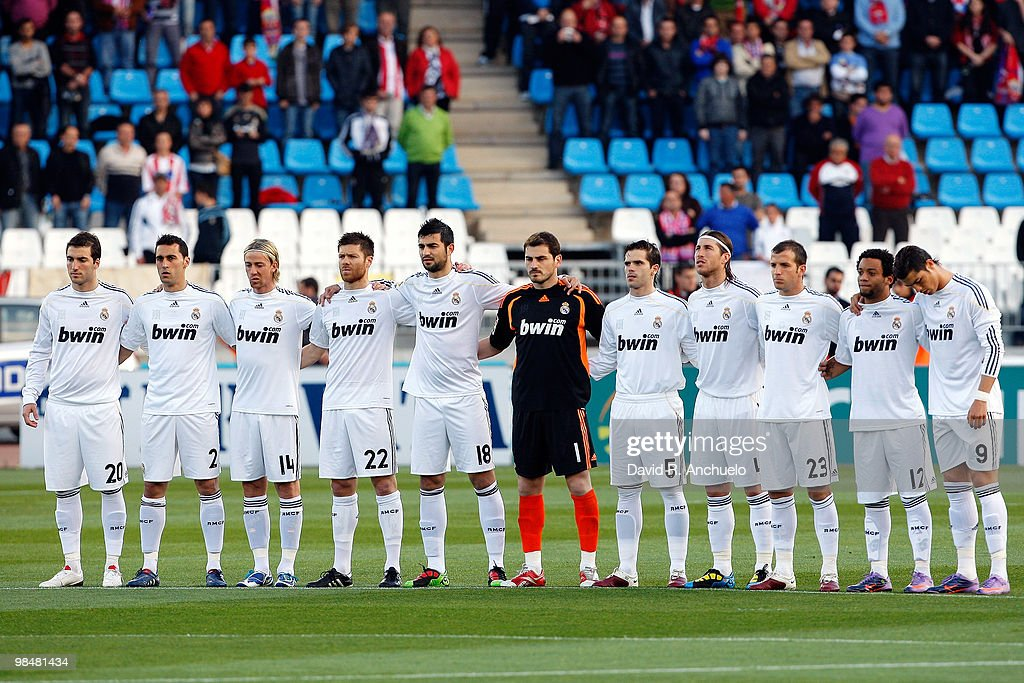 Hilo del Real Madrid Real-madrid-players-observe-a-minute-of-silence-in-memory-of-spanish-picture-id98481434