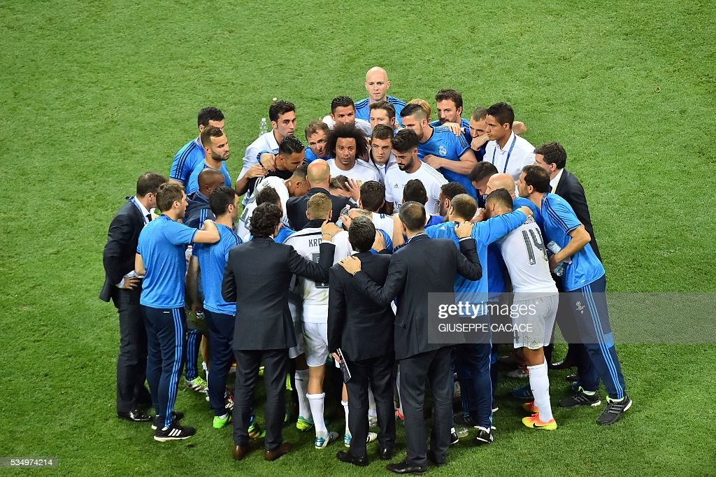 Real Madrid team players gather on the pitch during the UEFA Champions League final football match between Real Madrid and Atletico Madrid at San Siro Stadium in Milan, on May 28, 2016. / AFP / GIUSEPPE
