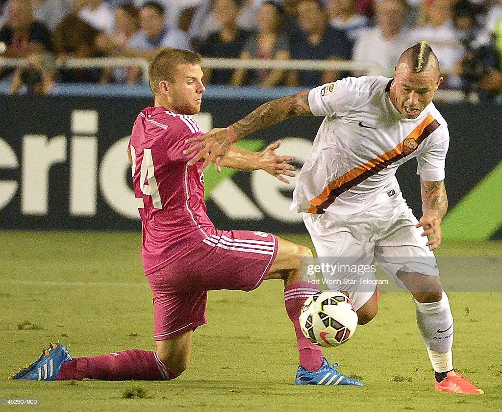 Real Madrid's Asier Illarramendi, left can't stop AS Roma's Radja Nainggolan in the Guinness International Champions Cup at the Cotton Bowl in Dallas on Tuesday, July 29, 2014.