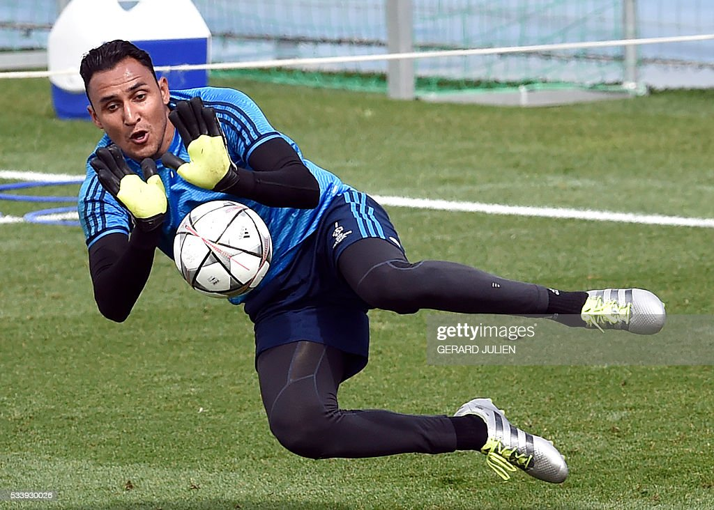 Real Madrid's Costa Rican goalkeeper Keylor Navas stops a ball during a training session on the club's Open Media Day at Real Madrid sport city in Madrid on May 24, 2016. / AFP / GERARD