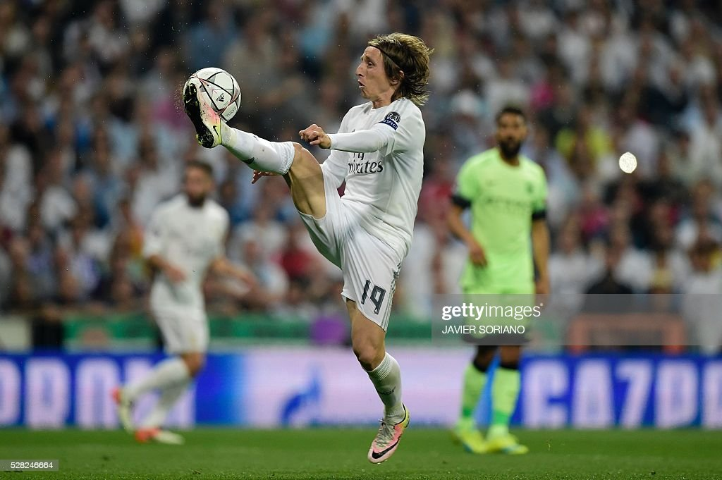 Real Madrid's Croatian midfielder Luka Modric controls the ball during the UEFA Champions League semi-final second leg football match Real Madrid CF vs Manchester City FC at the Santiago Bernabeu stadium in Madrid, on May 4, 2016. / AFP / JAVIER