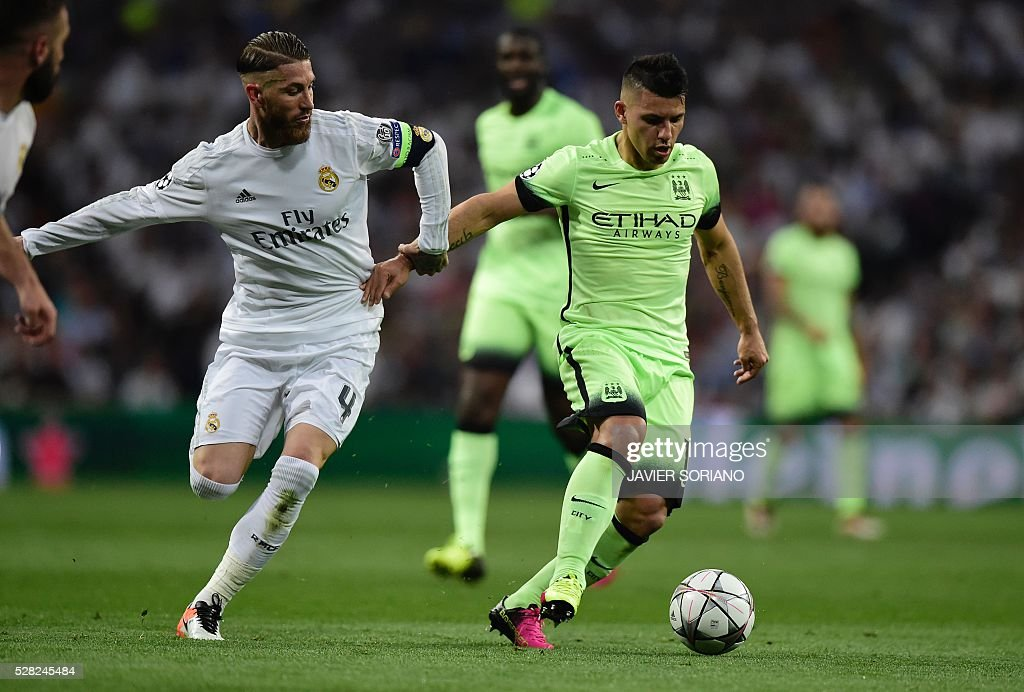 Real Madrid's defender Sergio Ramos(L) vies with Manchester City's Argentinian forward Sergio Aguero during the UEFA Champions League semi-final second leg football match Real Madrid CF vs Manchester City FC at the Santiago Bernabeu stadium in Madrid, on May 4, 2016. / AFP / JAVIER