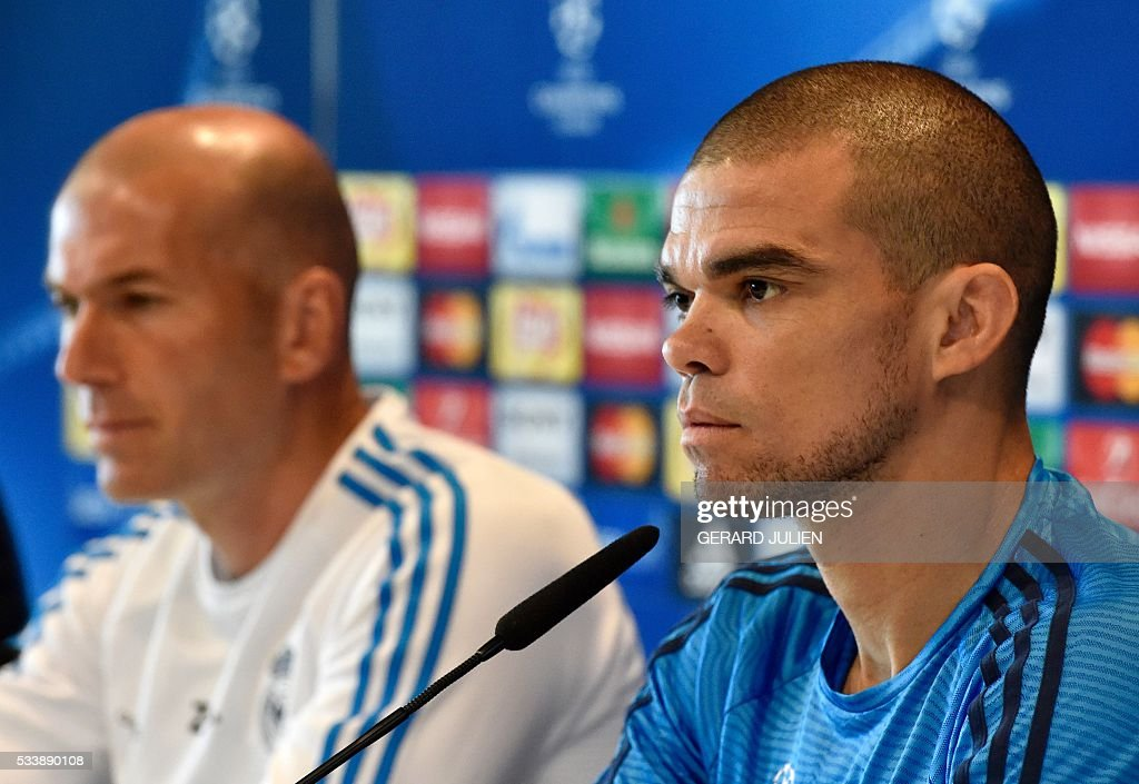 Real Madrid's French coach Zinedine Zidane (L) and Real Madrid's Portuguese defender Pepe give a press conference on the club's Open Media Day at Real Madrid sport city in Madrid on May 24, 2016. / AFP / GERARD