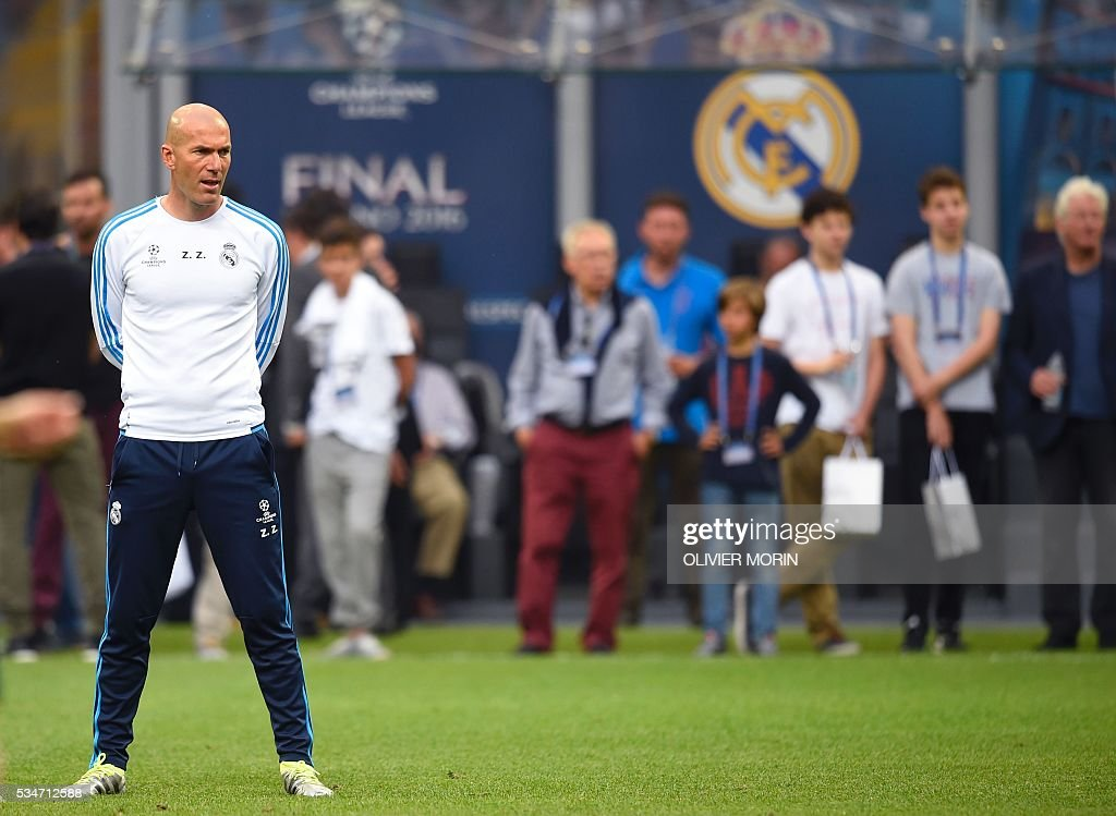 Real Madrid's French coach Zinedine Zidane attends a training session at the San Siro Stadium in Milan, on May 27, 2016, on the eve of the UEFA Champions League final foobtall match between Real Madrid and Atletico Madrid. / AFP / OLIVIER